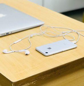 שימוש באוזניות הנייד